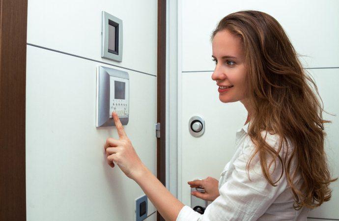 Elektroniczny wizjer do drzwi – co to jest i jak działa?