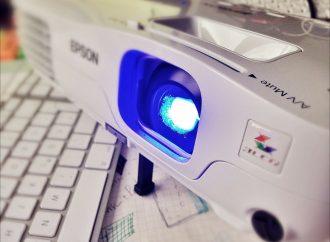 Rzutnik i projektor – przydatne czy zbędne gadżety w domu?